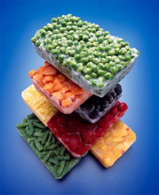 20'li yaşlar  SORUN: Düzgün beslenecek vakit yok İs hayatı, erkek arkadaşlar, sosyal hayata vakit ayırma çabaları... Sağlıklı beslenmeyi bir kenara bırak, beslenmek için kimin vakti var ki?   ÇÖZÜM: Tek bir paket içerisinde mükemmel şekilde dengelenmiş protein, karbonhidrat ve sebze içeren mikrodalga dostu yiyecekleri tercih edebilirsin. Amerikan Diyet Birliği sözcüsü olan beslenme uzmanı Constance Brown-Riggs'e göre, donmuş bir gıda seçerken, şu özelliklerin aranması gerekiyor: içerdiği sodyum miktarının 450 miligramdan az olması, her 100 kalori başına en çok bir gramı doymamış olmak üzere toplam en fazla üç gram yağ içermesi. Bonus: Harvard'lı bilim adamlarına göre, yenilen sebze miktarının günde bir porsiyon arttırılması, kalp krizi riskini yüzde dört oranında düşürüyor.